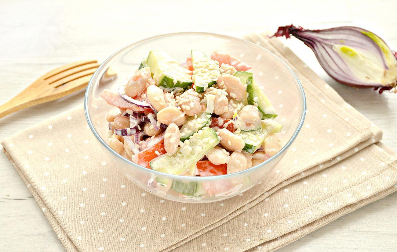 Овощной салат с фасолью и красным луком