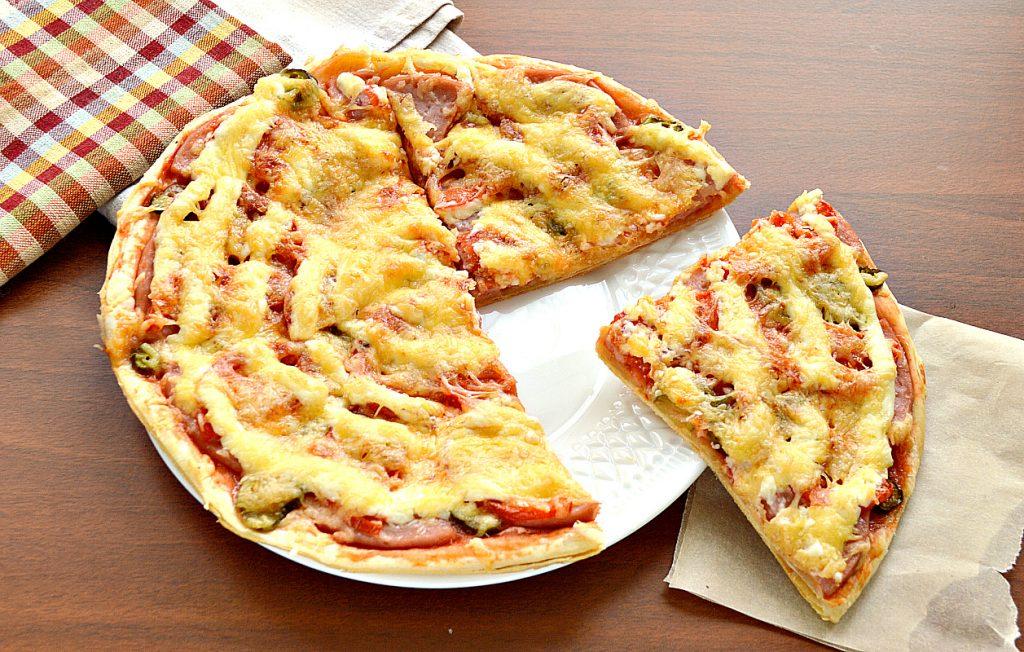 Фото рецепта - Пицца с солеными корнишонами и ветчиной - шаг 8