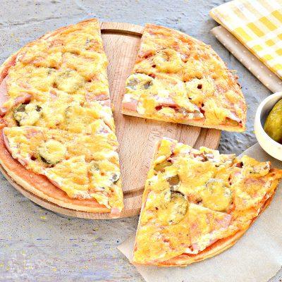 Фото рецепта - Пицца в духовке с колбасой и сыром - шаг 8