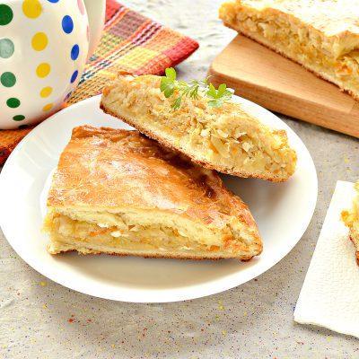 Вкусный дрожжевой пирог с капустой в духовке - рецепт с фото