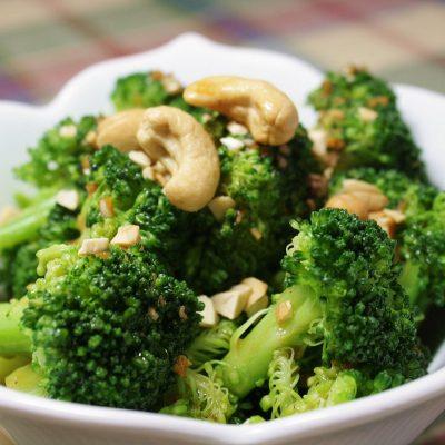 Брокколи с чесночным соусом и кешью - рецепт с фото