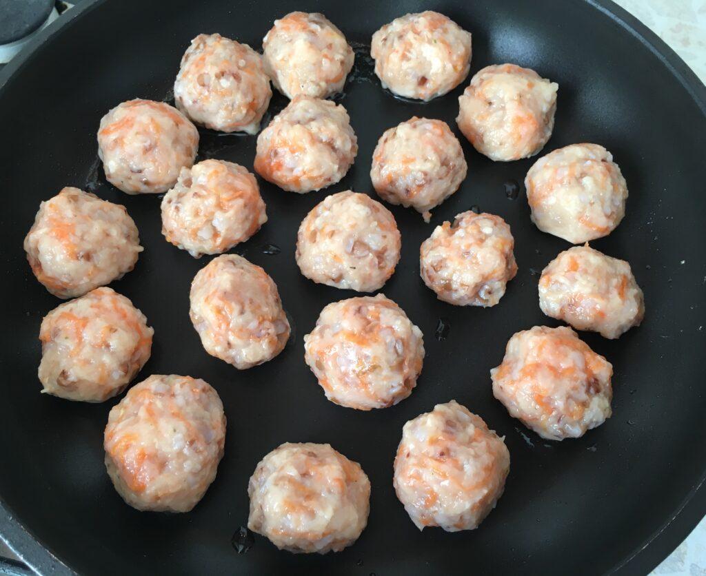 Фото рецепта - Фрикадельки с гречкой и морковью, тушеные в подливе - шаг 2
