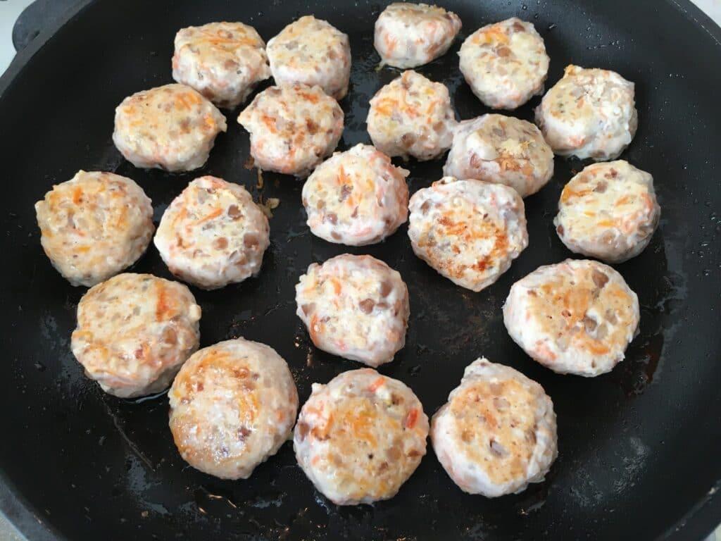 Фото рецепта - Фрикадельки с гречкой и морковью, тушеные в подливе - шаг 3