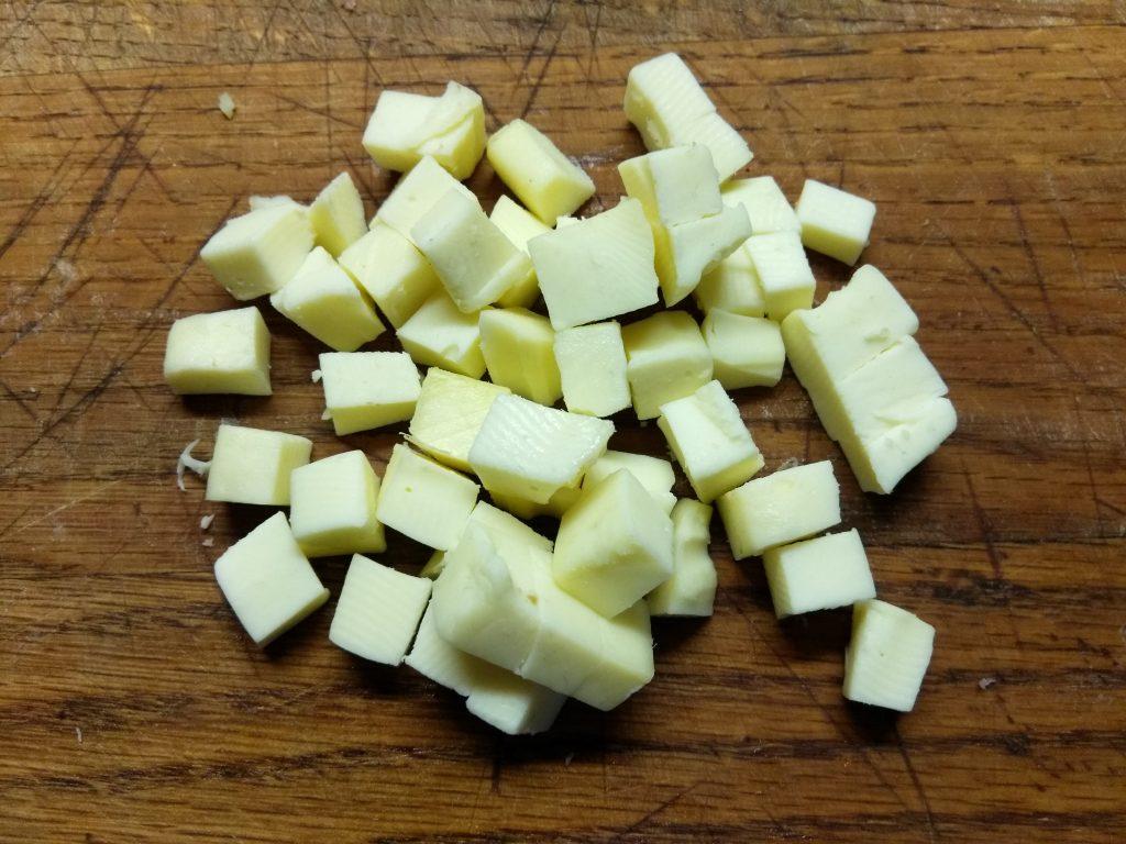 Фото рецепта - Капустный салат с салями и яблоком - шаг 3