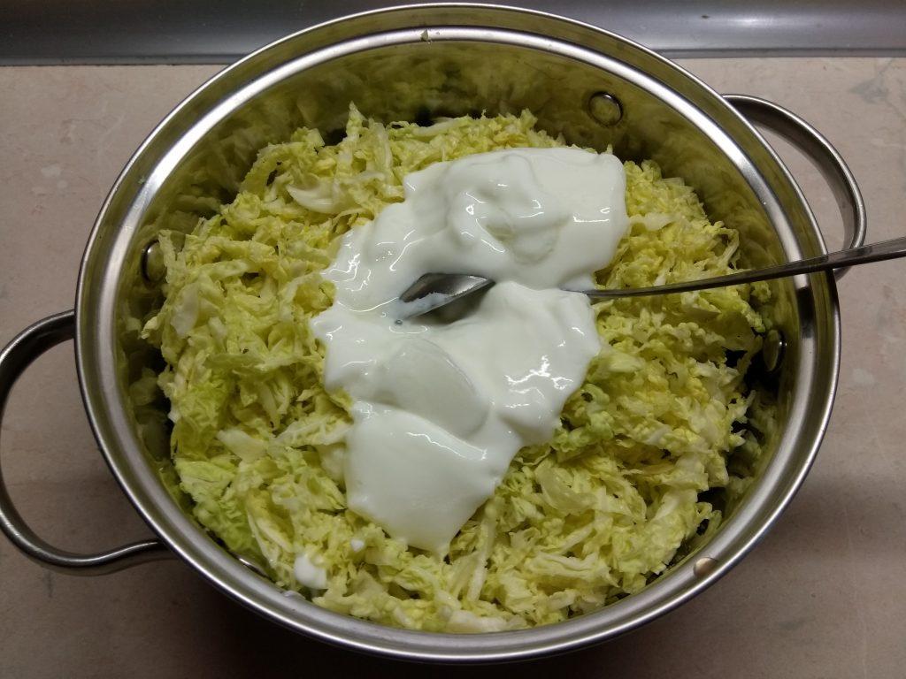 Фото рецепта - Капустный салат с салями и яблоком - шаг 6