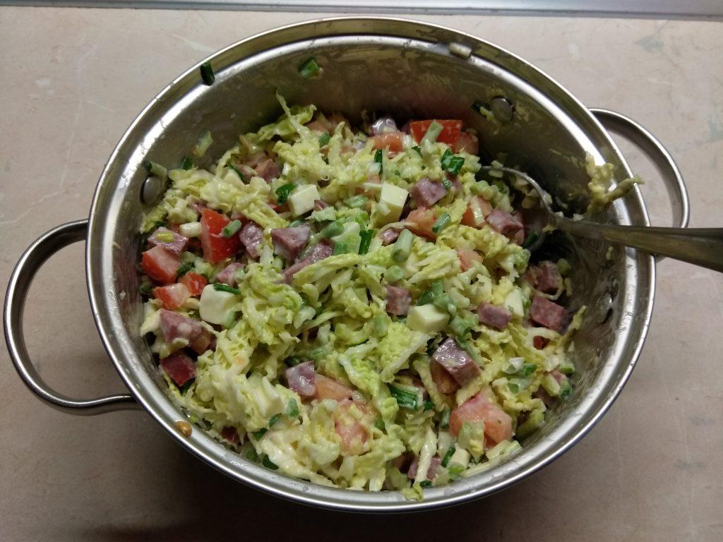 Фото рецепта - Капустный салат с салями и яблоком - шаг 7