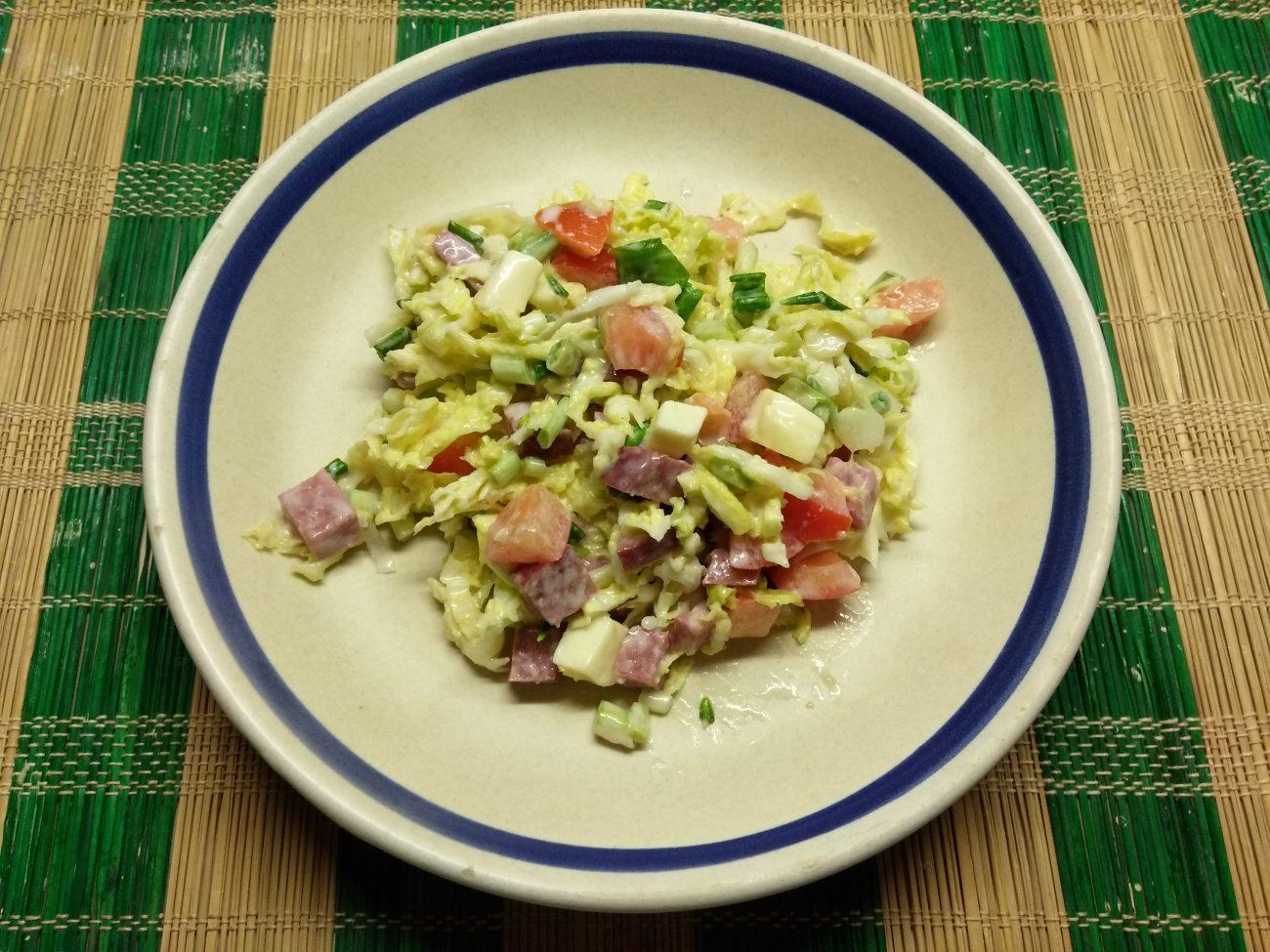 Капустный салат с салями и яблоком