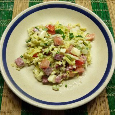 Капустный салат с салями и яблоком - рецепт с фото