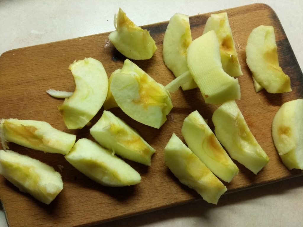 Фото рецепта - Творожная запеканка с яблоками - шаг 4