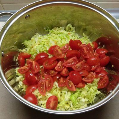 Фото рецепта - Салат из свежих овощей с черемшой - шаг 2
