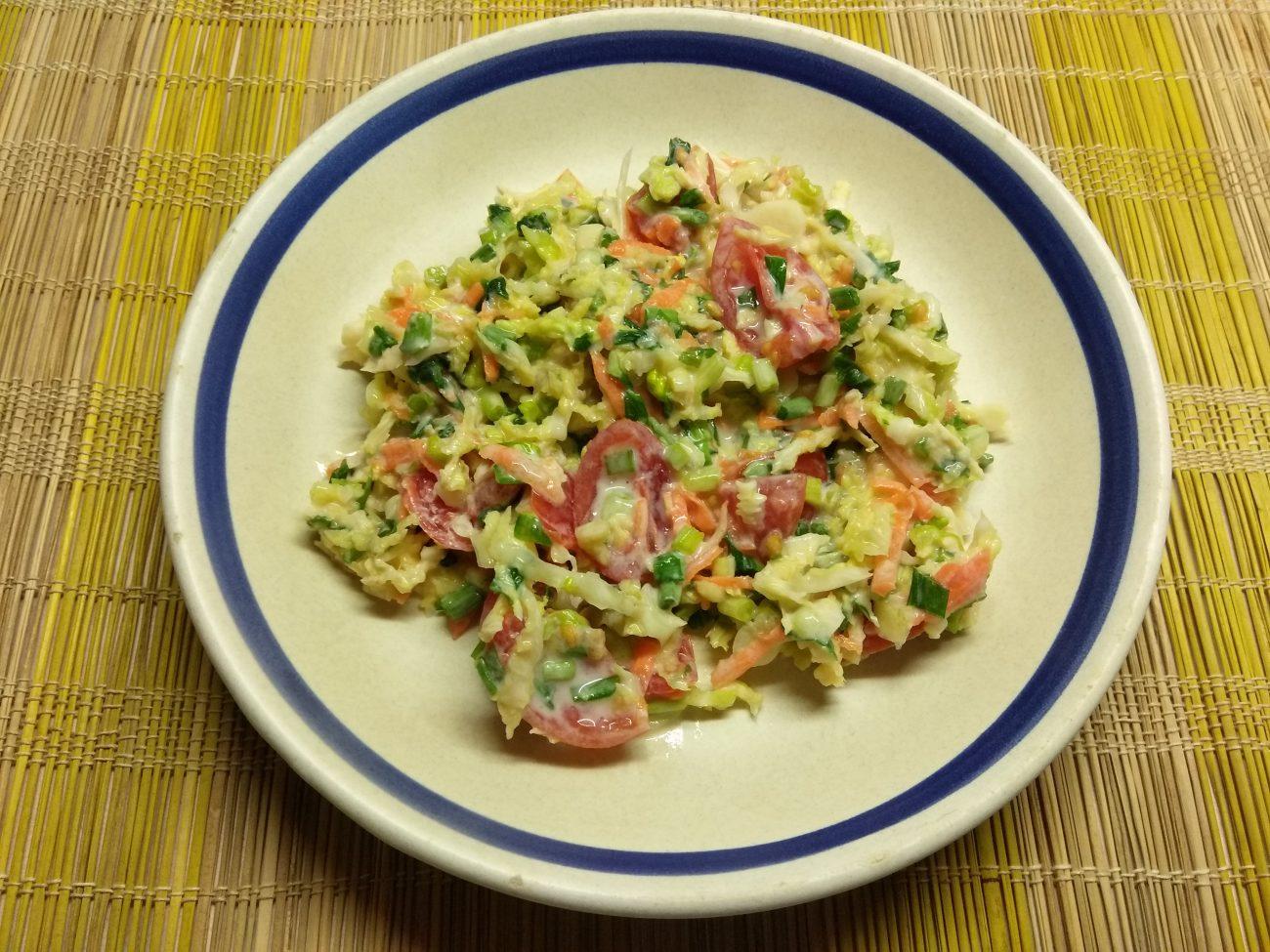 Салат из свежих овощей с черемшой