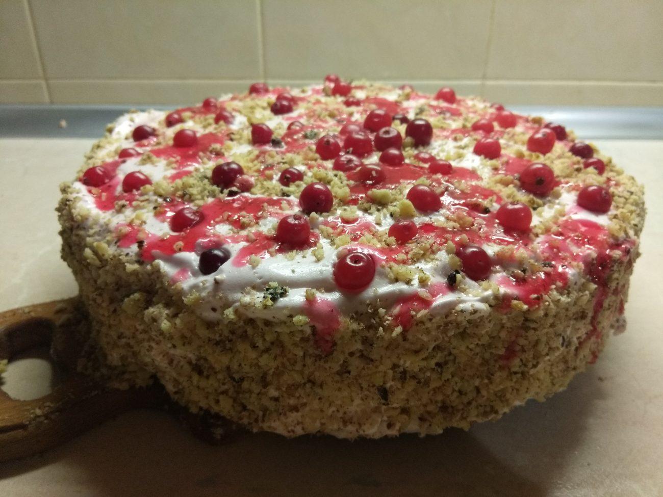 Торт на песочном тесте с клюквой и орехами
