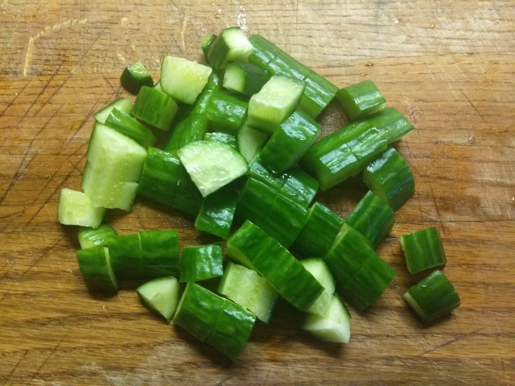 Фото рецепта - Грибной салат с крабовыми палочками, яблоками и огурцом - шаг 4
