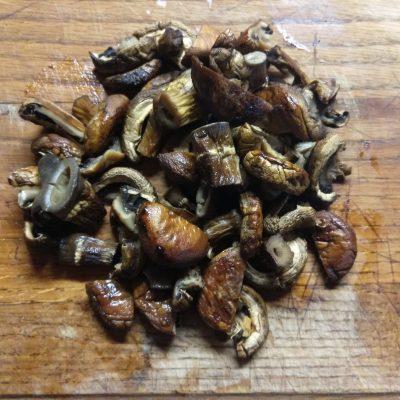 Фото рецепта - Грибной салат с крабовыми палочками, яблоками и огурцом - шаг 1