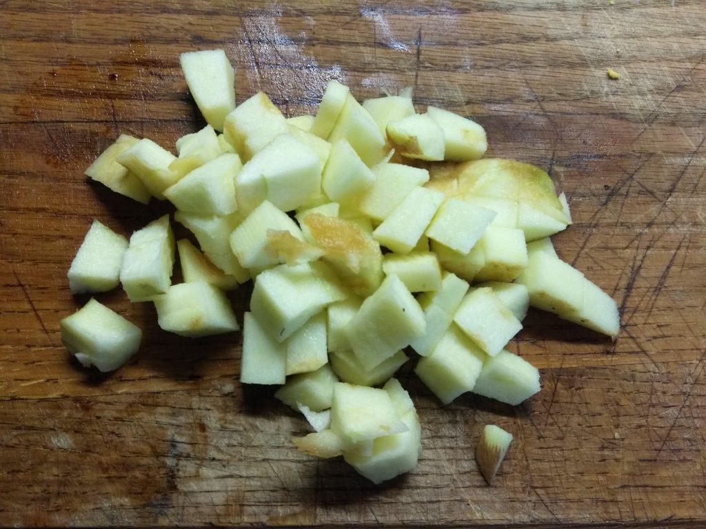 Фото рецепта - Грибной салат с крабовыми палочками, яблоками и огурцом - шаг 5