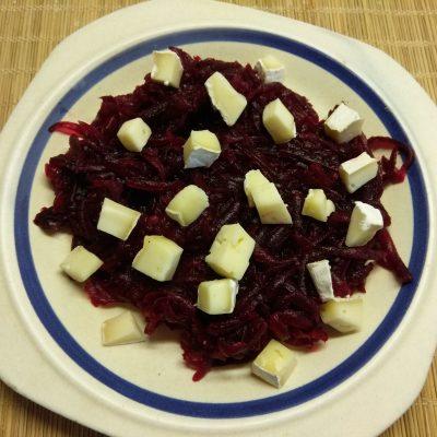 Фото рецепта - Салат из свеклы, сыра Бри и грецких орехов под заправкой из йогурта - шаг 3