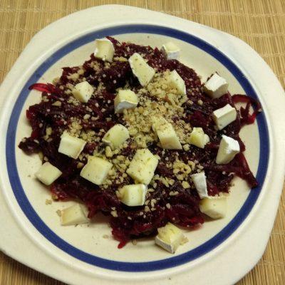Фото рецепта - Салат из свеклы, сыра Бри и грецких орехов под заправкой из йогурта - шаг 4