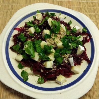 Фото рецепта - Салат из свеклы, сыра Бри и грецких орехов под заправкой из йогурта - шаг 5