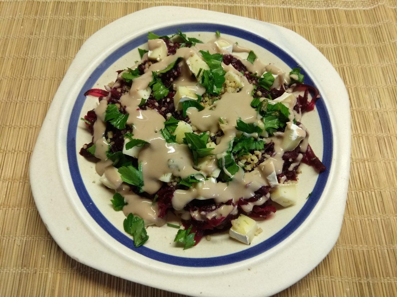 Салат из свеклы, сыра Бри и грецких орехов под заправкой из йогурта
