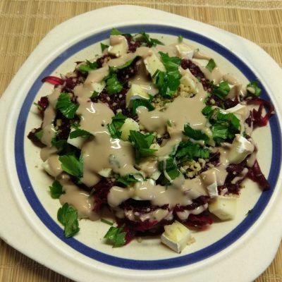 Фото рецепта - Салат из свеклы, сыра Бри и грецких орехов под заправкой из йогурта - шаг 6