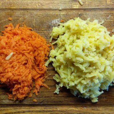 Фото рецепта - Слоенный салат с курицей, свеклой, яблоком и морковью - шаг 3