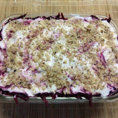 Фото рецепта - Слоенный салат с курицей, свеклой, яблоком и морковью - шаг 9