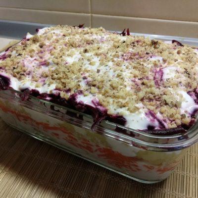 Фото рецепта - Слоенный салат с курицей, свеклой, яблоком и морковью - шаг 11