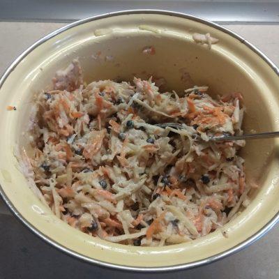 Фото рецепта - Свежий салат из сельдерея и яблока с черникой и орехами - шаг 6