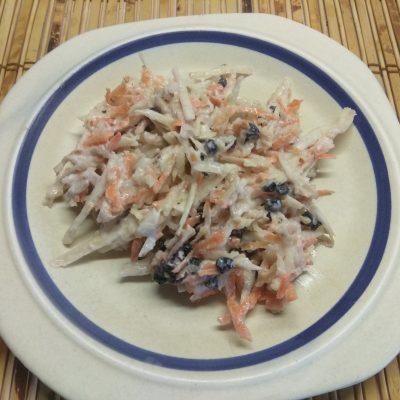 Свежий салат из сельдерея и яблока с черникой и орехами - рецепт с фото