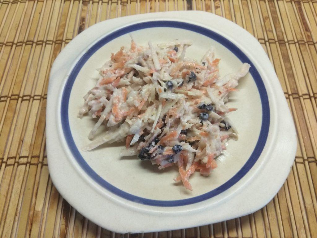 Фото рецепта - Свежий салат из сельдерея и яблока с черникой и орехами - шаг 7