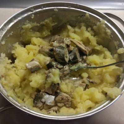 Фото рецепта - Картофельные кексы с консервированными сардинами - шаг 3