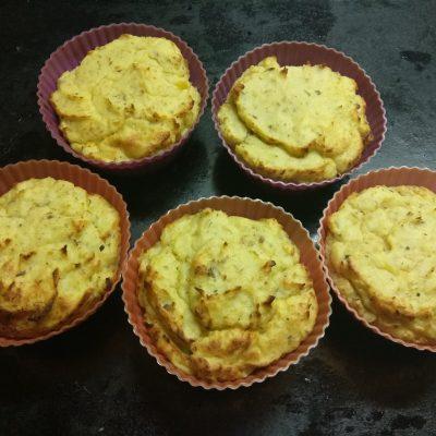 Фото рецепта - Картофельные кексы с консервированными сардинами - шаг 5