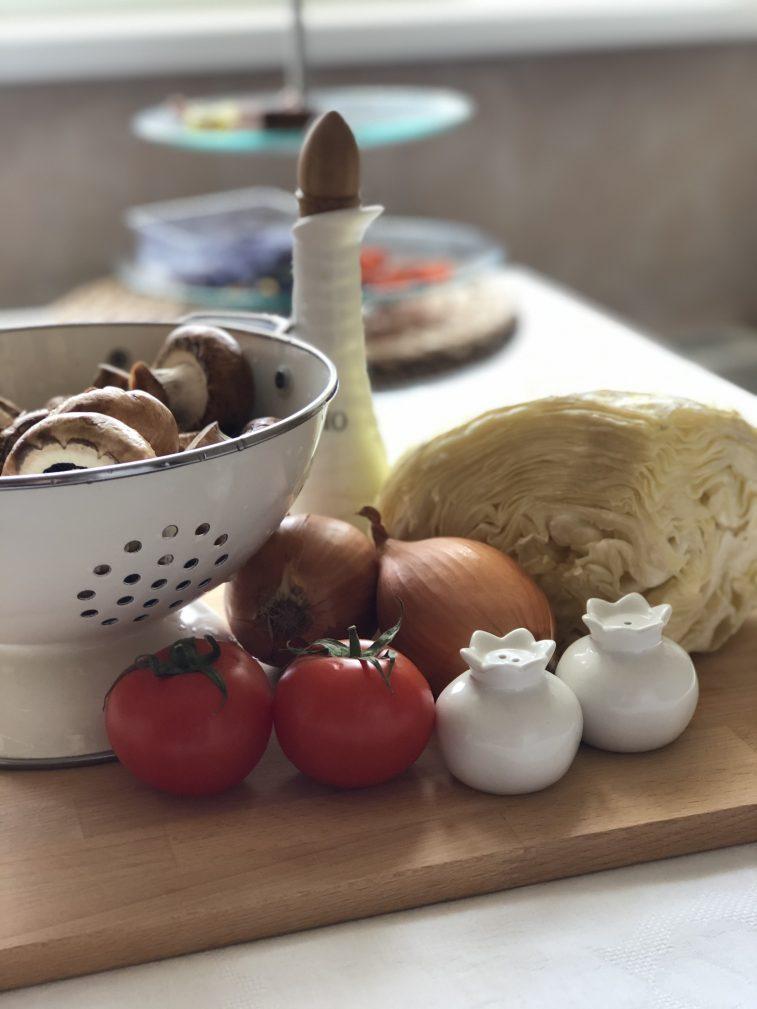 Фото рецепта - Капуста тушеная с грибами и томатами - шаг 1