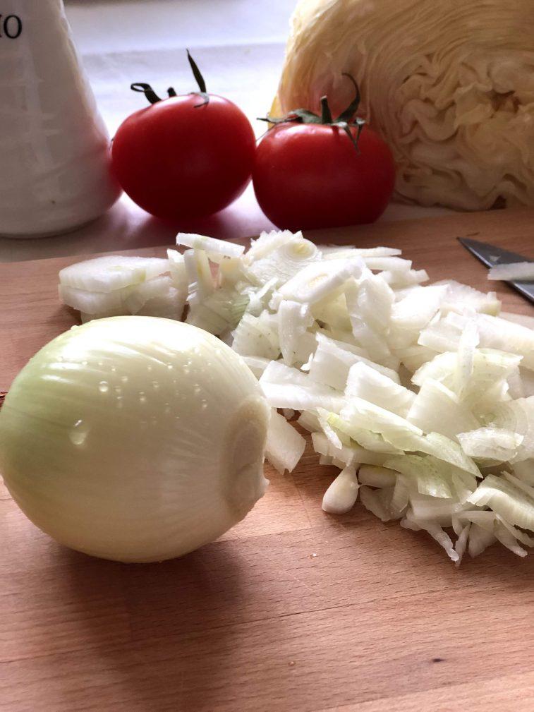 Фото рецепта - Капуста тушеная с грибами и томатами - шаг 2