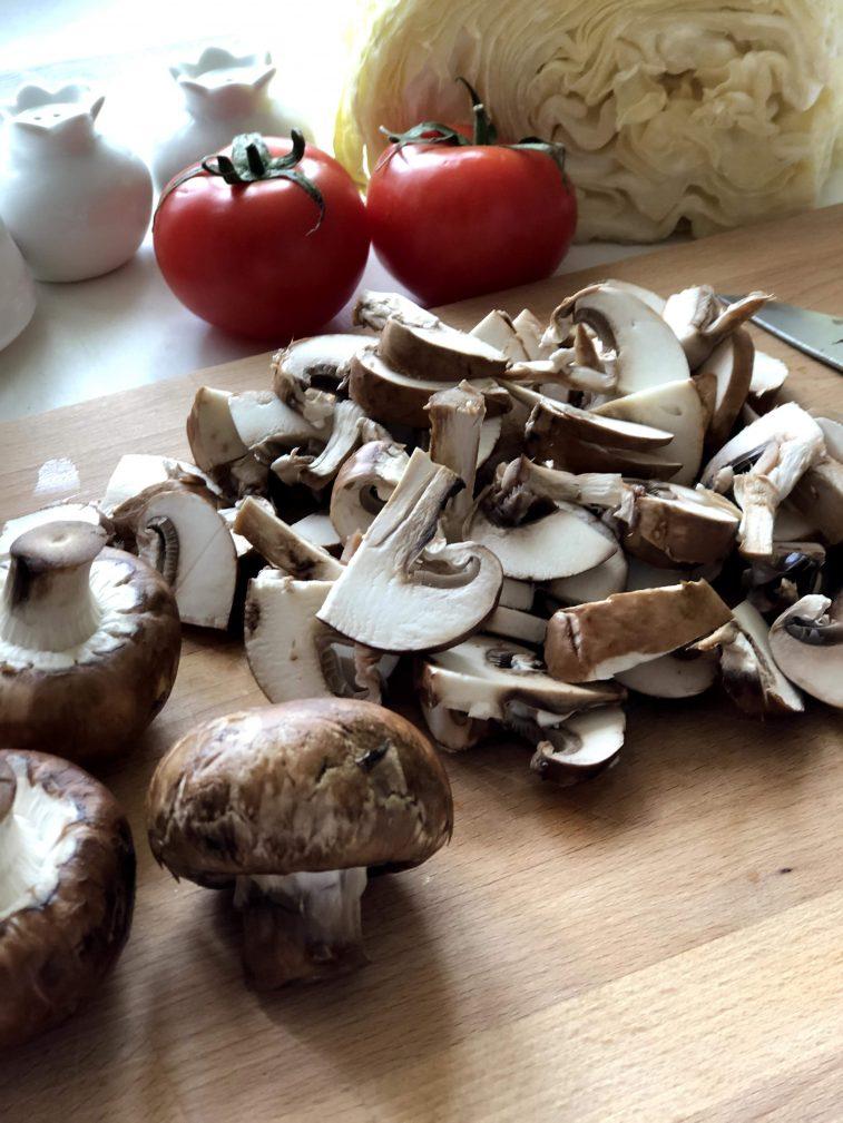 Фото рецепта - Капуста тушеная с грибами и томатами - шаг 4