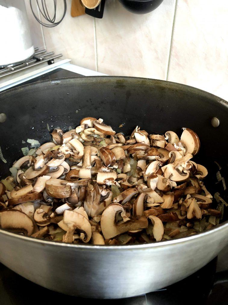 Фото рецепта - Капуста тушеная с грибами и томатами - шаг 5