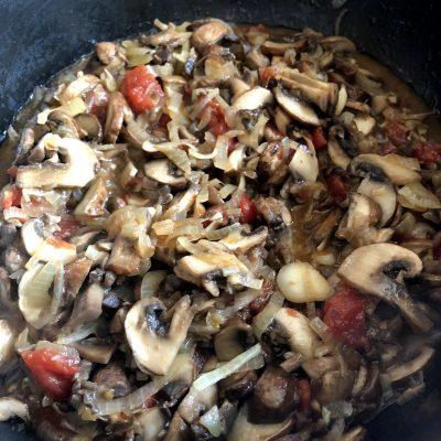 Фото рецепта - Капуста тушеная с грибами и томатами - шаг 8