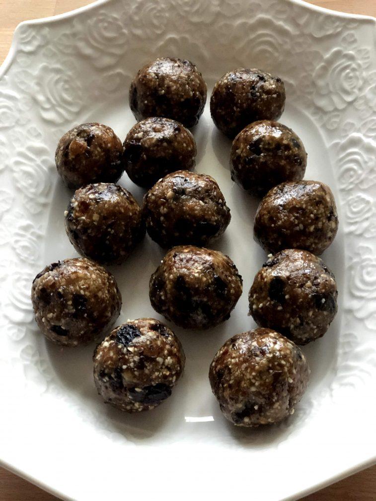 Фото рецепта - Конфеты из орехов и фиников без сахара - шаг 8