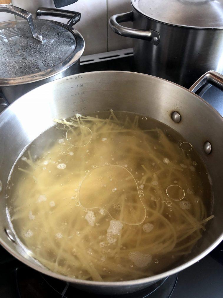 Фото рецепта - Паста с беконом и горошком в сливочном суосе - шаг 4