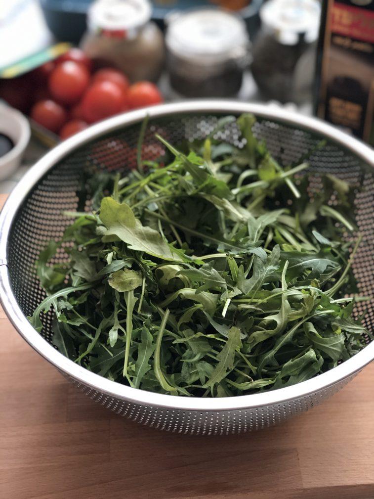 Фото рецепта - Салат с рукколой, вешенками и черри - шаг 3