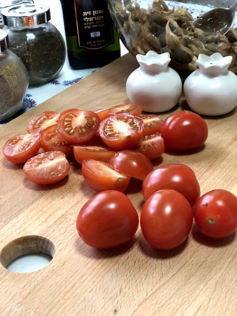 Фото рецепта - Салат с рукколой, вешенками и черри - шаг 7