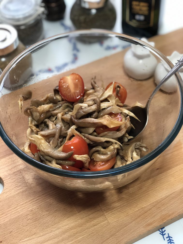 Фото рецепта - Салат с рукколой, вешенками и черри - шаг 8