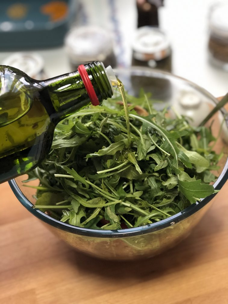 Фото рецепта - Салат с рукколой, вешенками и черри - шаг 9