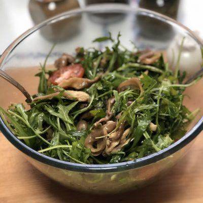 Салат с рукколой, вешенками и черри - рецепт с фото