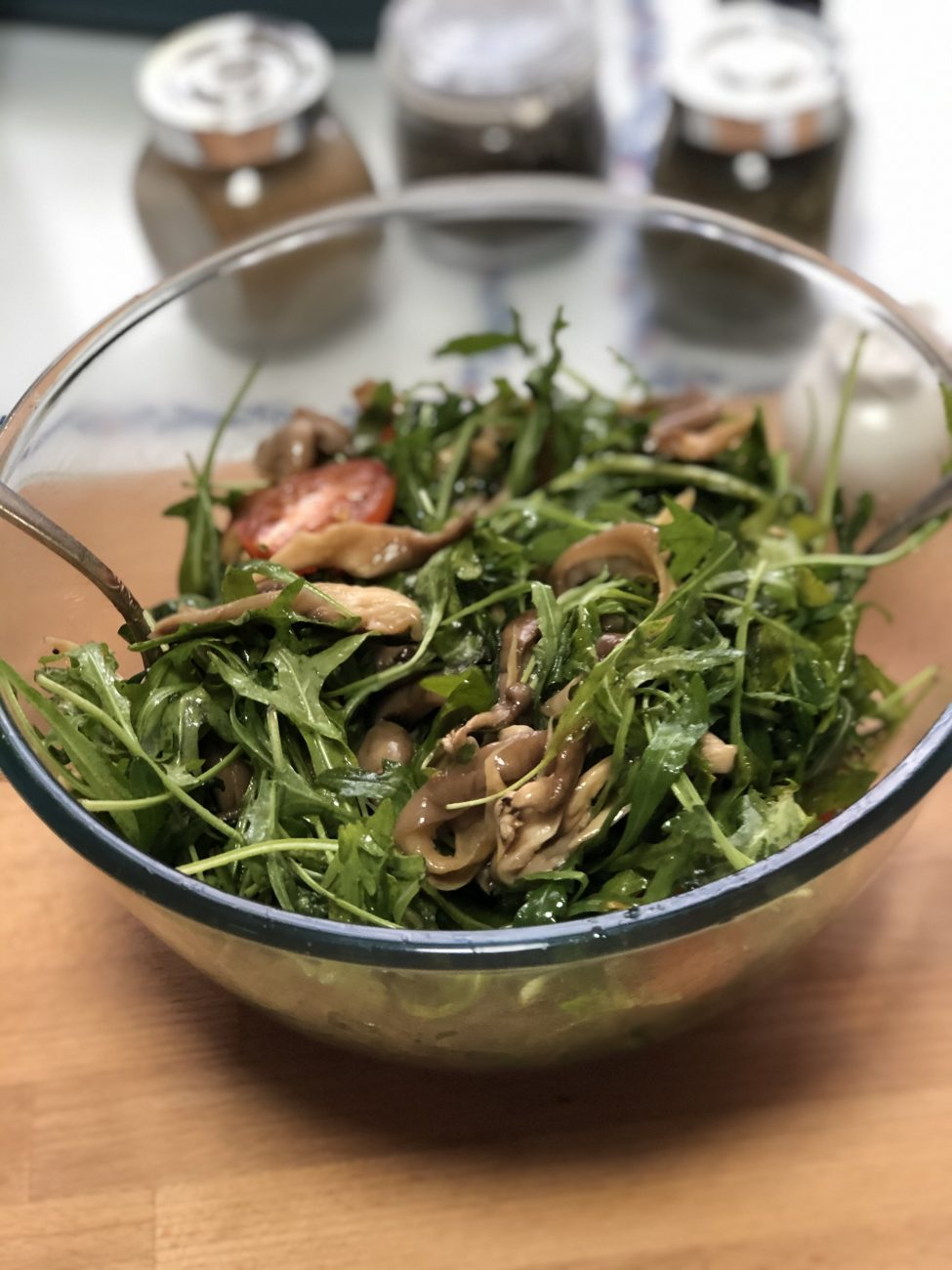 Салат с рукколой, вешенками и черри