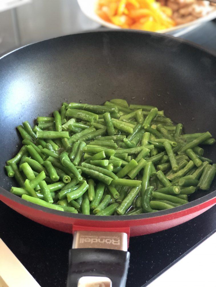 Фото рецепта - Стеклянная лапша со свининой и овощами в воке - шаг 8