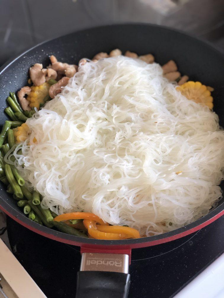 Фото рецепта - Стеклянная лапша со свининой и овощами в воке - шаг 12