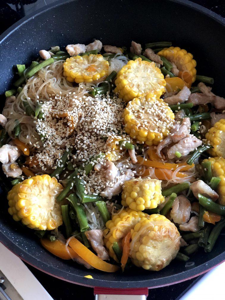 Фото рецепта - Стеклянная лапша со свининой и овощами в воке - шаг 14