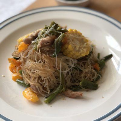 Стеклянная лапша со свининой и овощами в воке - рецепт с фото