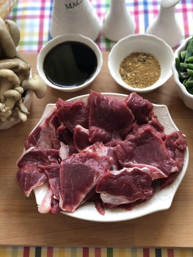 Фото рецепта - Говядина с овощами, грибами и гороховым пюре - шаг 3